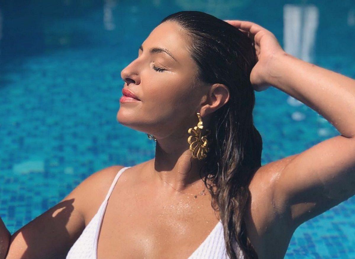 Έλενα Παπαρίζου: Ποζάρει με ολόσωμο μαγιό και «ζαλίζει» το Instagram! | tlife.gr