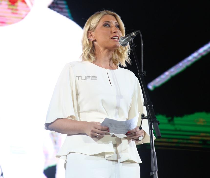 Σία Κοσιώνη: Εντυπωσιακή εμφάνιση με total white look στη συναυλία του «Όλοι μαζί μπορούμε» (εικόνες)