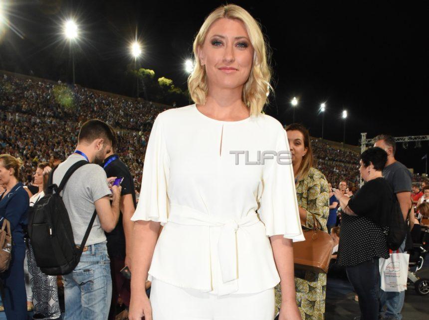 Σία Κοσιώνη: Εντυπωσιακή εμφάνιση με total white look στη συναυλία του «Όλοι μαζί μπορούμε» | tlife.gr