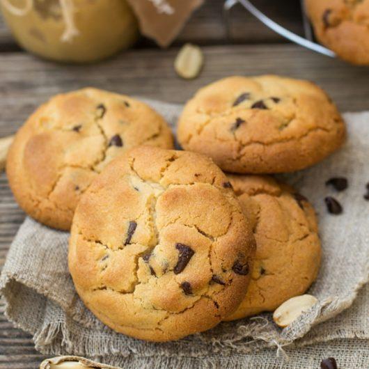 Μπισκότα σοκολάτας με κομμάτια φυστικοβούτυρου   tlife.gr