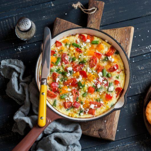 Ομελέτα με ντομάτα, πατάτα και κρεμμύδι | tlife.gr