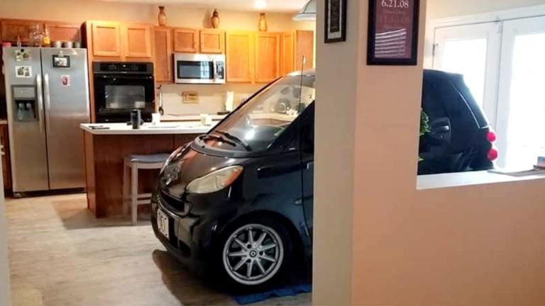 Aπίστευτο! Πάρκαρε το smart του στην κουζίνα για να μην του το πάρει ο άερας! | tlife.gr