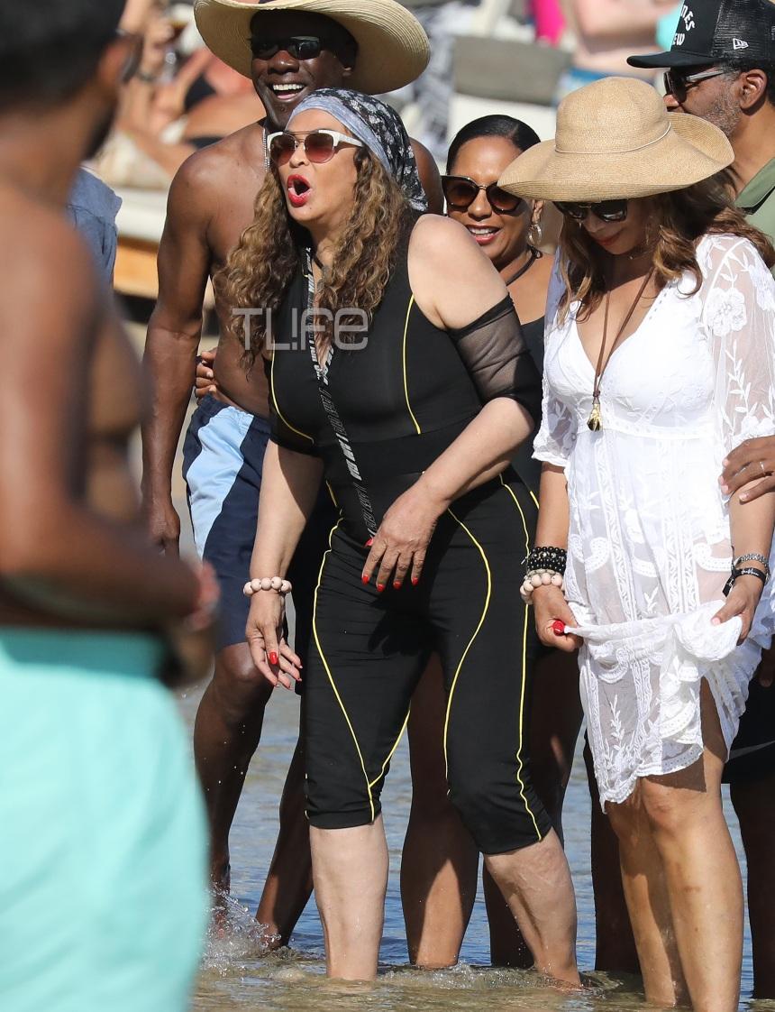 Η μητέρα της Beyonce πήγε στη Μύκονο και έκανε μπάνιο με αυτό το μαγιό! Φωτογραφίες