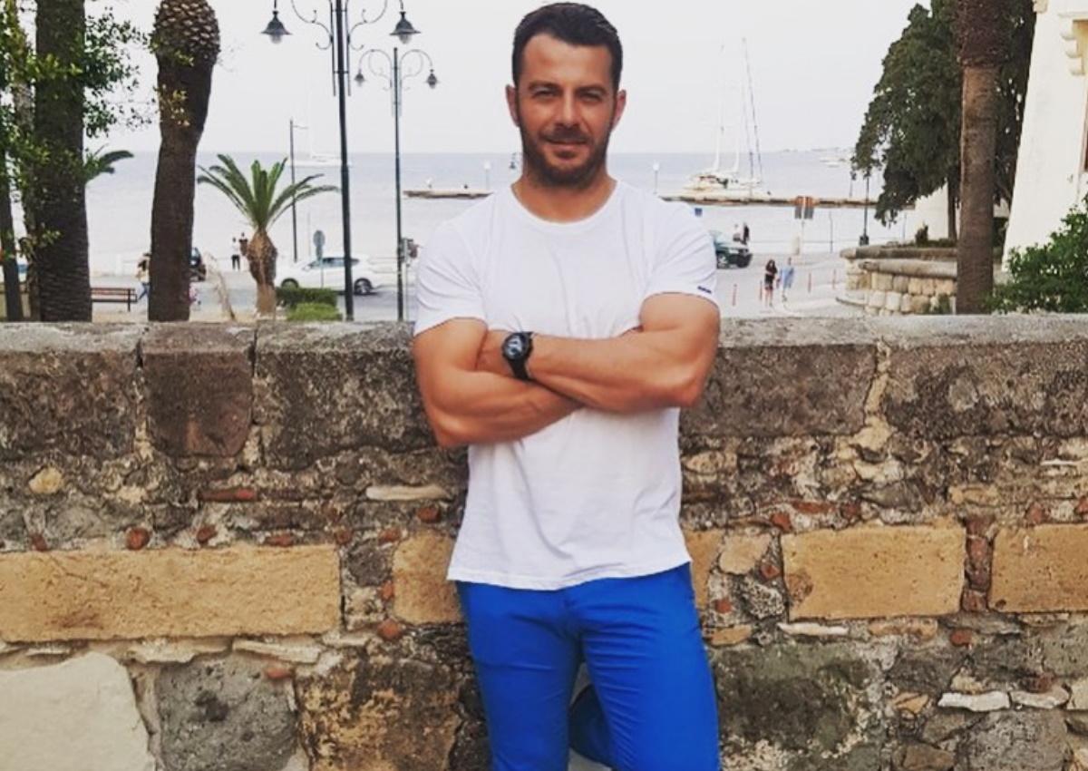 Γιώργος Αγγελόπουλος: Μένει σπίτι, γυμνάζεται στο σαλόνι του και εντυπωσιάζει με το κορμί του!