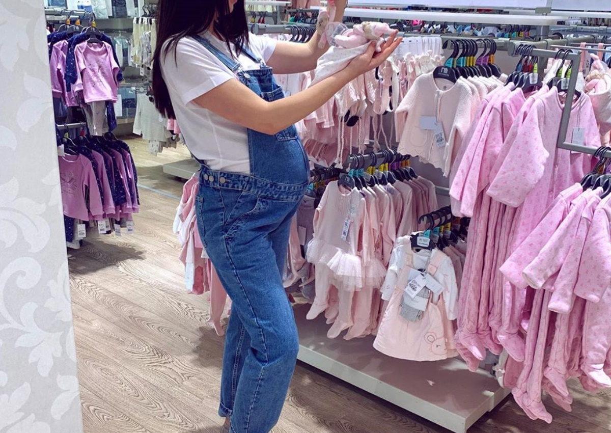 Η μέλλουσα μανούλα της ελληνικής showbiz ψωνίζει ρούχα για την κόρη της λίγο πριν τον τοκετό! | tlife.gr