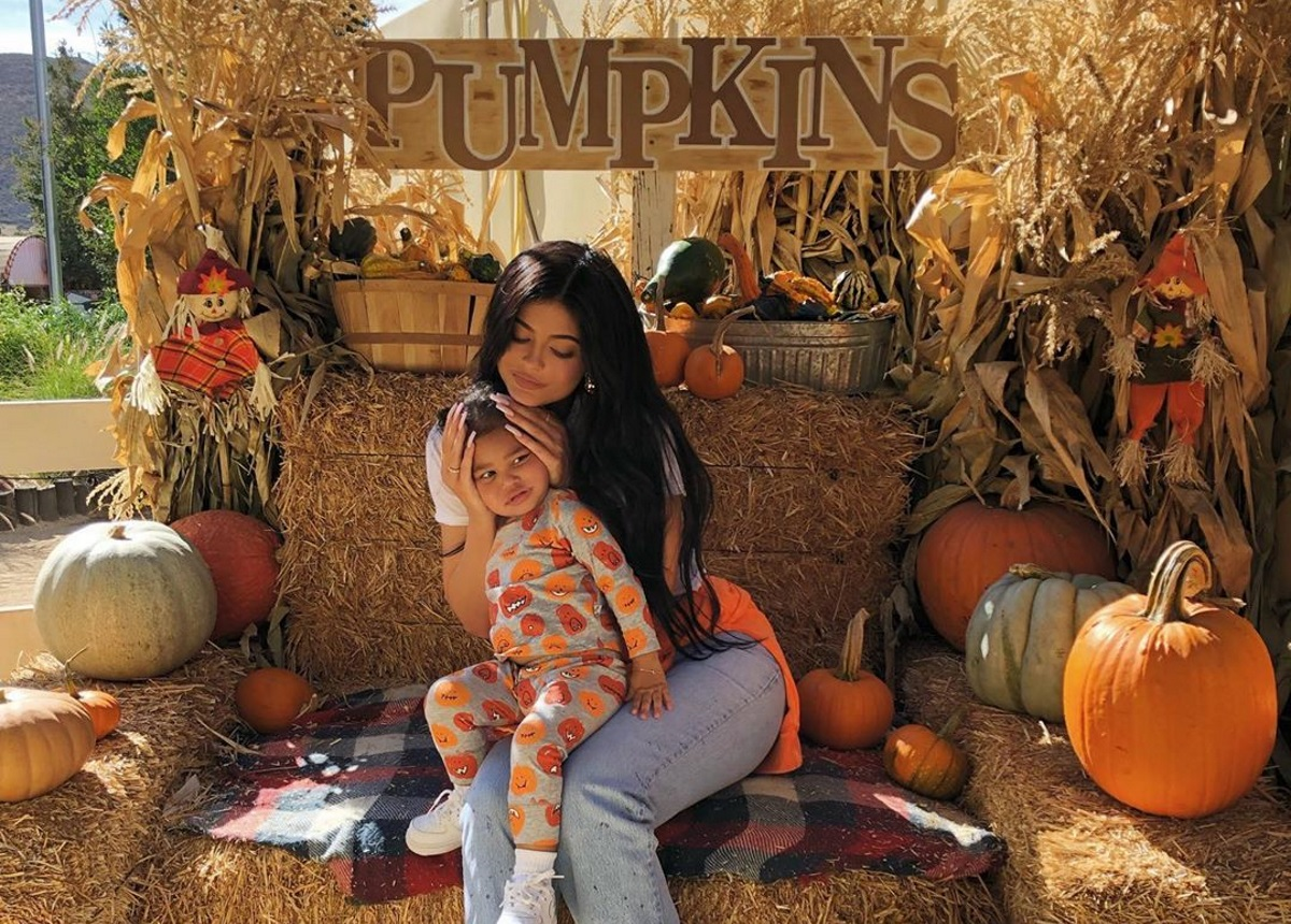 Kylie Jenner: Ξεκίνησε τις ετοιμασίες για το Halloween – Αγόρασε κολοκύθες μαζί με την Stormi [pics]