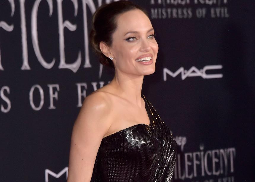 Η Angelina Jolie εμφανίστηκε με 2 epic μαύρα φορέματα.Ψήφισε το καλύτερο! | tlife.gr