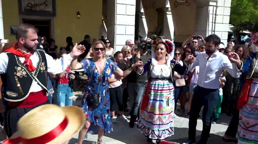 Κάθριν Κέλι Λανγκ: Η Μπρουκ από την «Τόλμη και Γοητεία» πήγε στην Κέρκυρα και την υποδέχτηκαν με παραδοσιακούς χορούς! | tlife.gr