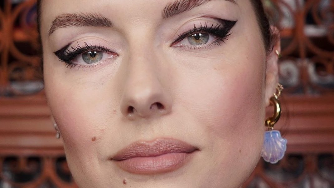 Αυτή η διάσημη makeup artist έχει το τέλειο eyeliner tip για όσες έχουμε… κουκουλωτά μάτια! | tlife.gr