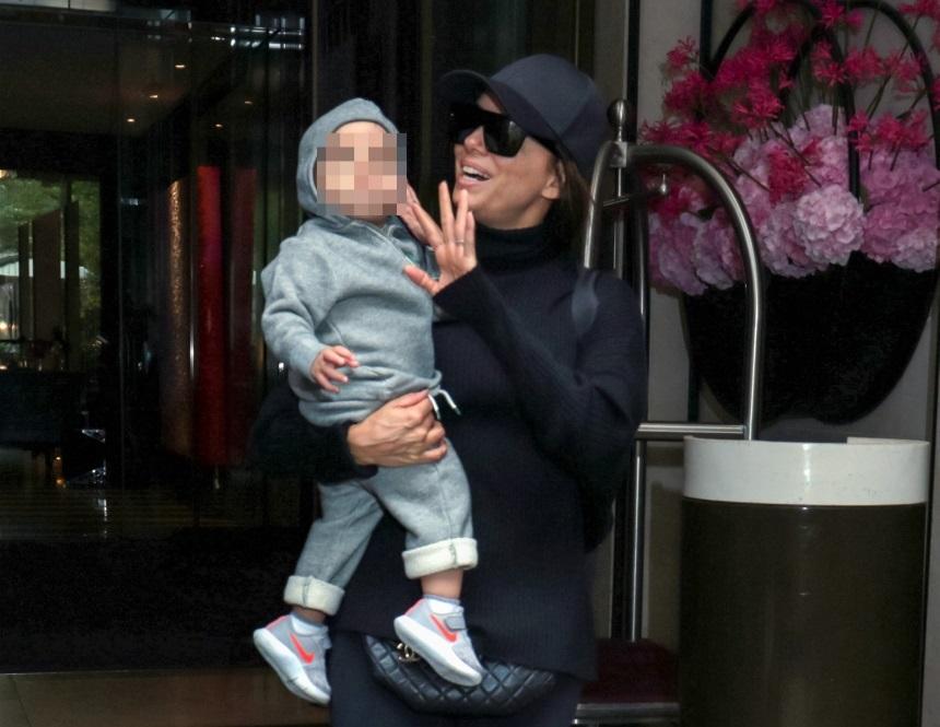 Eva Longoria: Αγκαλιά με τον 15 μηνών γιο της στο Παρίσι! Φωτογραφίες