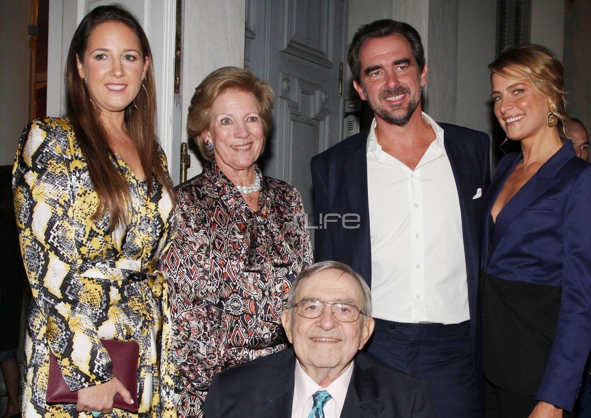 Νικόλαος: Όλη η οικογένεια στο πλευρό του για τα εγκαίνια της έκθεσης του! [pics]   tlife.gr