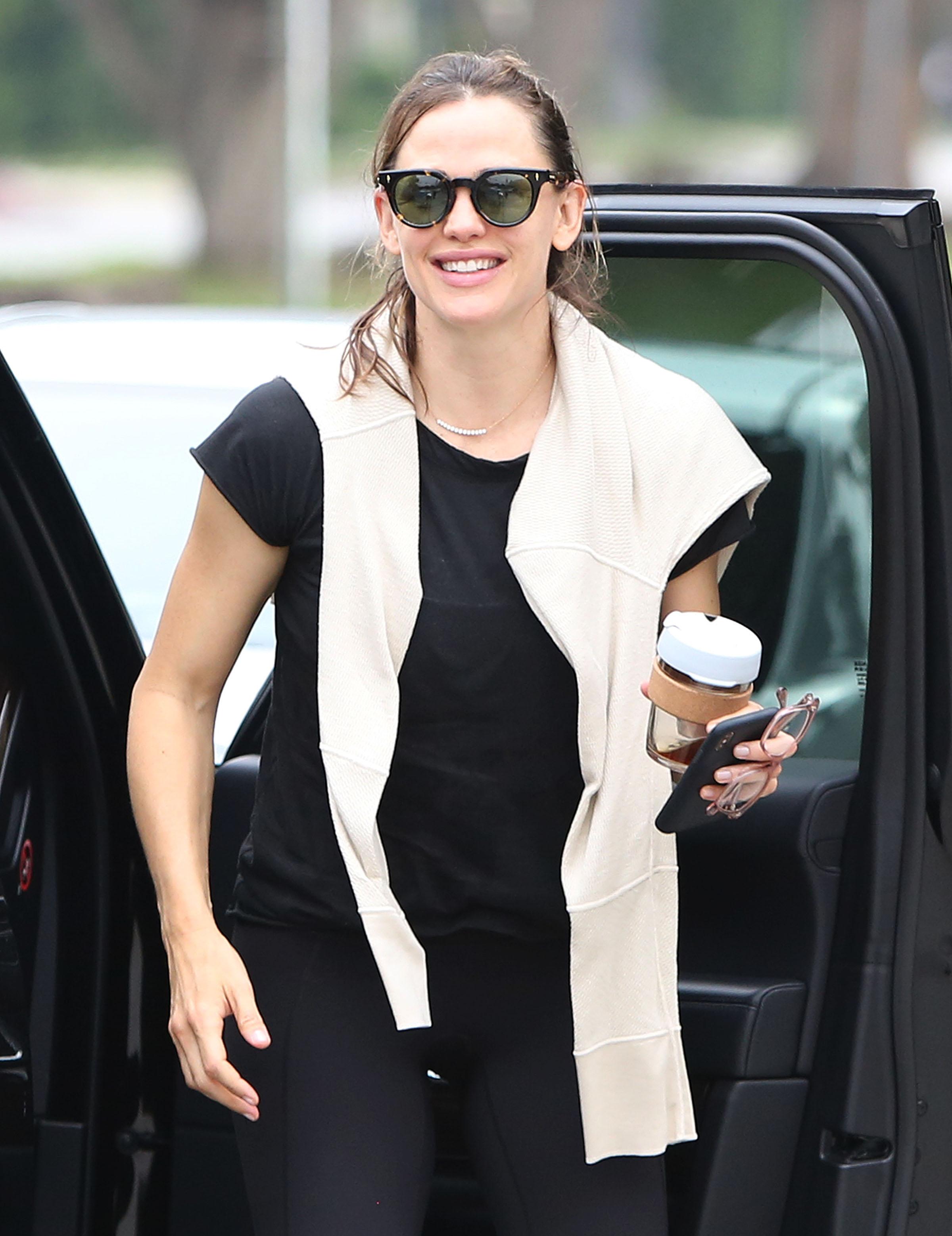 Όσο πίνεις τον καφέ σου μπορείς να δεις το ολοκαίνουργιο κούρεμα της Jennifer Garner. Και μετά να κουρευτείς κι εσύ!