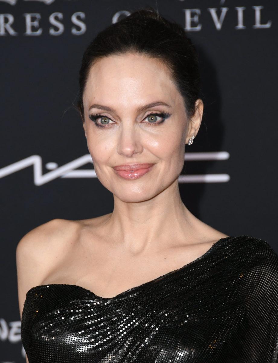 Υπάρχει ένα αυτοκόλλητο για να πετύχεις το τέλειο fling eyeliner της Angelina Jolie!   tlife.gr