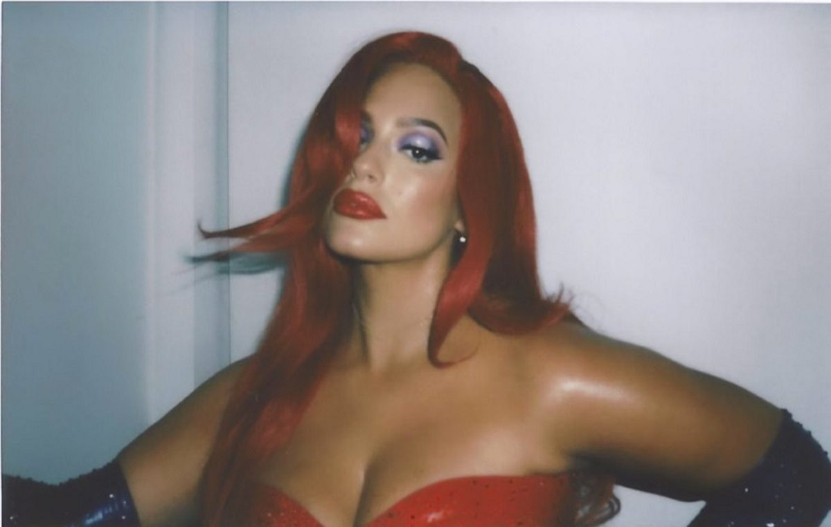 Ashley Graham: Η εγκυμονούσα plus size καλλονή ντύθηκε… Jessica Rabbit για το Halloween! [pics,vid] | tlife.gr