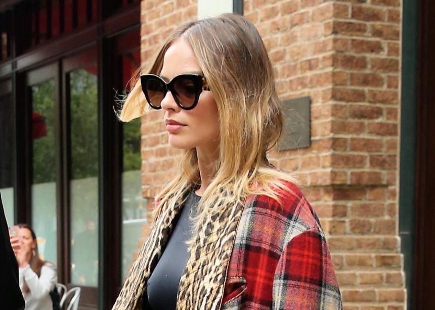 Eνα styling tip από την Margot Robbie για να κάνεις update το κολάν σου | tlife.gr