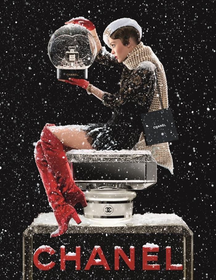 Η Chanel έφερε τα Χριστούγεννα με αυτό το… μαγικό βίντεο και την Lily Rose Depp!