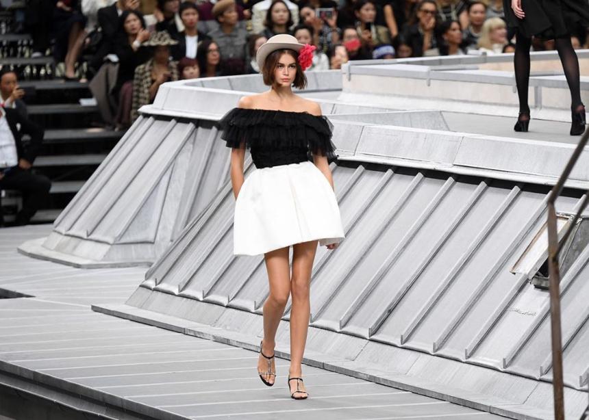 Στο show της Chanel τα μοντέλα περπάτησαν στις στέγες του Παρισιού!   tlife.gr