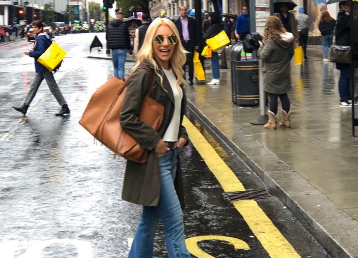 Έλενα Τσαβαλιά: Οι βόλτες με ξεχωριστό στυλ στους δρόμους του βροχερού Λονδίνου [pics]