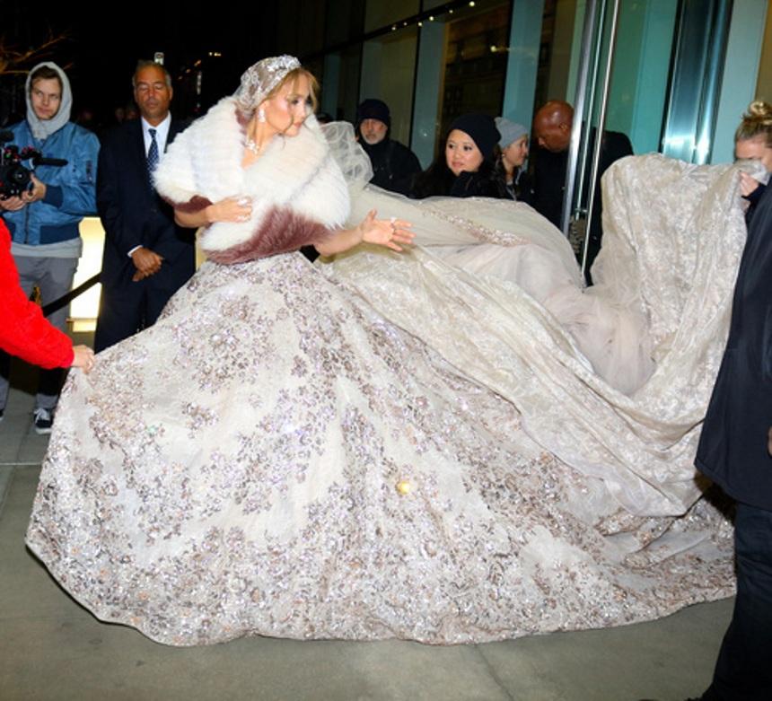 Jennifer Lopez: Εκθαμβωτική μέσα στο πριγκιπικό νυφικό της! [pics]