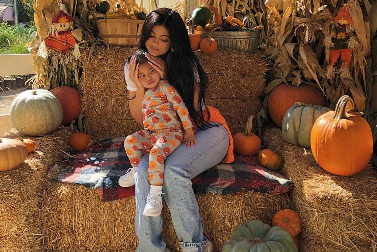 Η κόρη της Kylie Jenner ντύθηκε ακριβώς σαν τη διάσημη μαμά της και είναι απίστευτη! [pics,vid] | tlife.gr