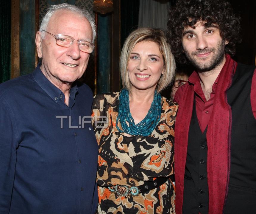 Mαρία Χαρδαβέλλα: Παρουσίασε το νέο της βιβλίο με τον σύζυγο και το γιο της στο πλευρό της! [pics] | tlife.gr