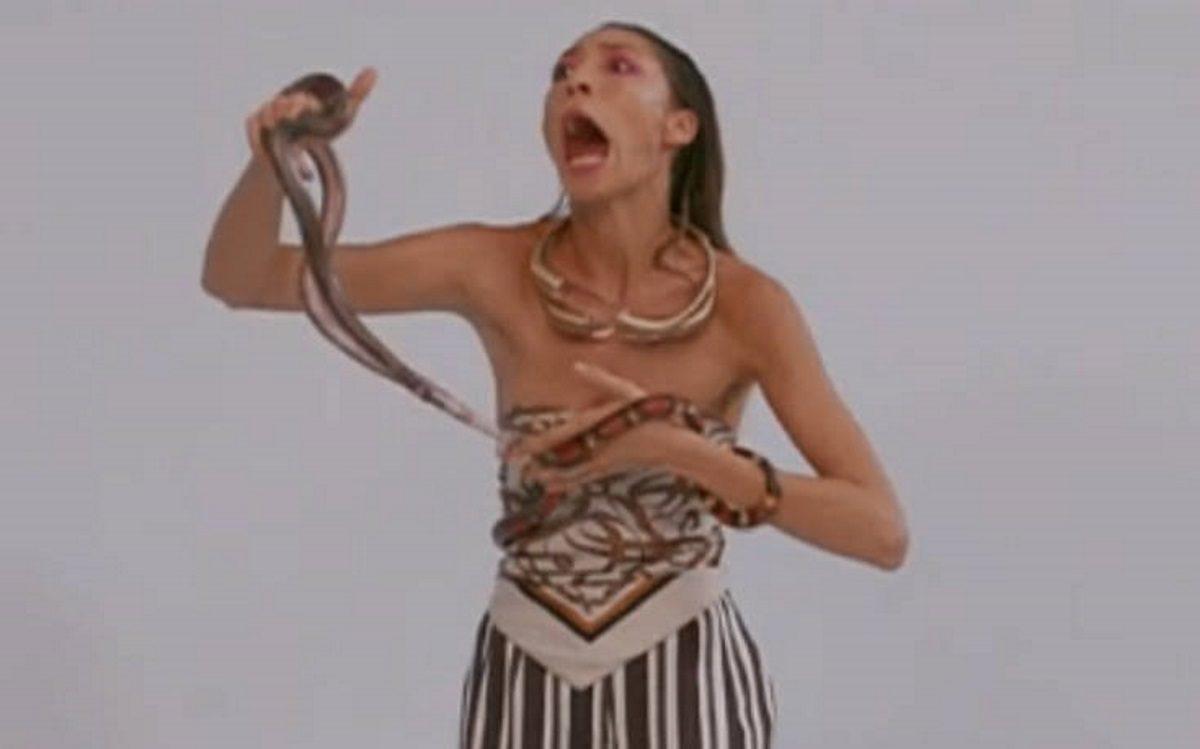 GNTM: Σοκ! Το φίδι μπήκε στο παντελόνι της Μαρτίνας και εκείνη ξεκίνησε να ουρλιάζει [video] | tlife.gr