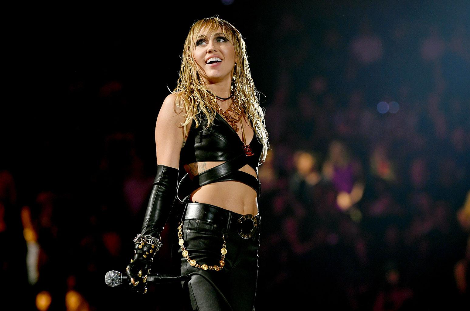 """Miley Cyrus: Το """"ατύχημα"""" μπροστά στους φωτογράφους! Της φάνηκε το στήθος [pic]"""