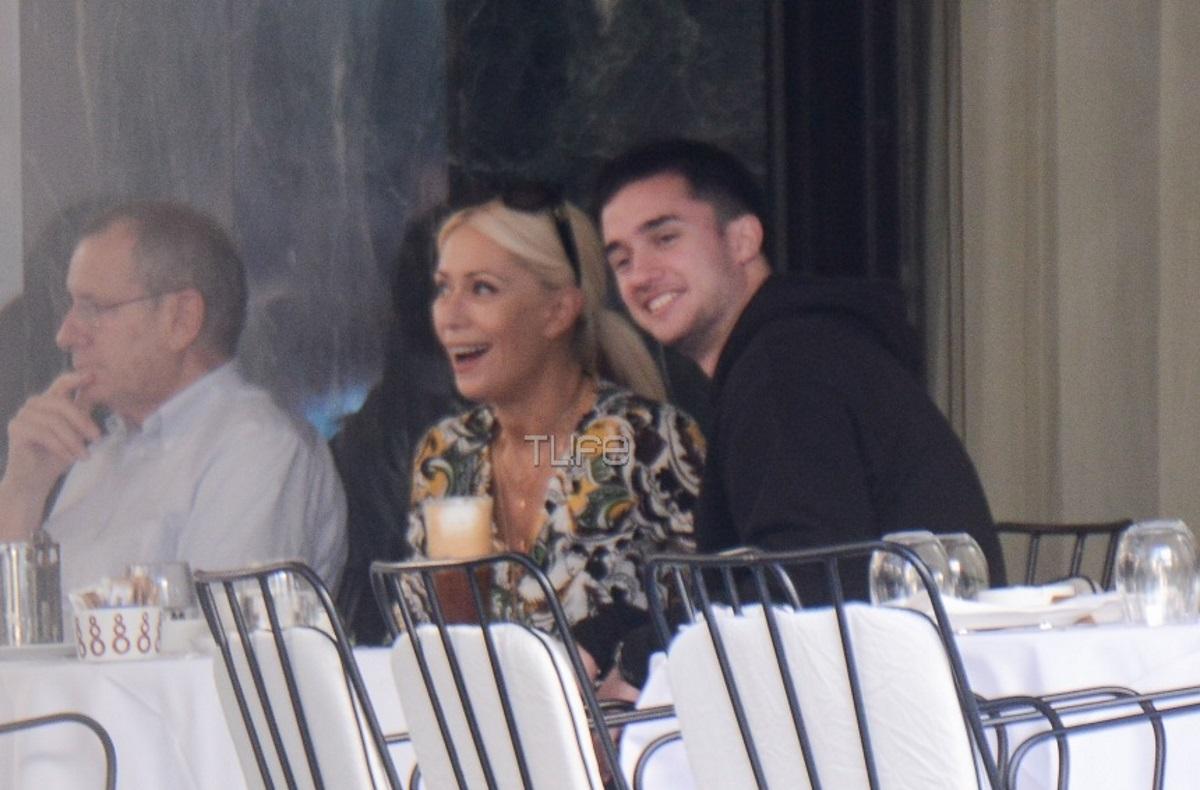 Μαρία Μπακοδήμου: Για καφέ με τον μεγάλο της γιο στο κέντρο της Αθήνας! [pics]