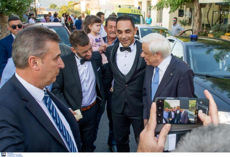 O Πρόεδρος της Δημοκρατίας,  σταμάτησε την αυτοκινητοπομπή του για να ευχηθεί στον γαμπρό! [Pics] | tlife.gr