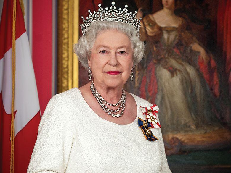 Μία σπάνια ματιά στη γκαρνταρόμπα Βασίλισσας Ελισάβετ: Νέο βιβλίο από την έμπιστη βοηθό της | tlife.gr