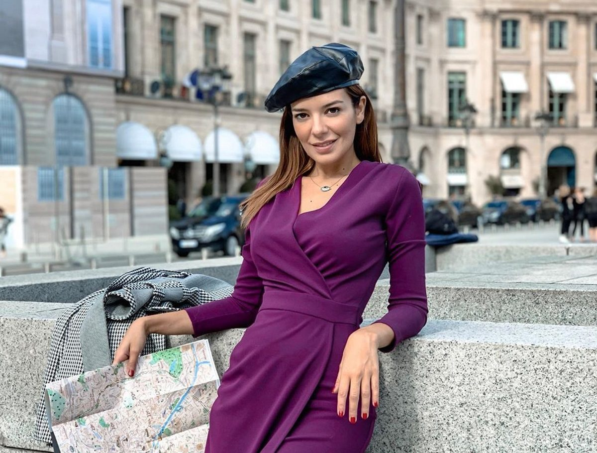 Νικολέττα Ράλλη: Διαβάζει το βιβλίο της και ποζάρει φορώντας ζαρτιέρες! | tlife.gr