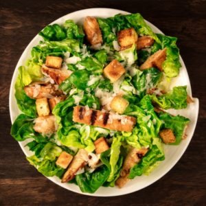 Πράσινη σαλάτα με σνίτσελ κοτόπουλου
