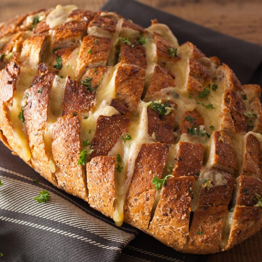 Γεμιστό ψωμί με τέσσερα τυριά και μπέικον