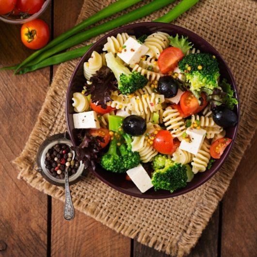 Σαλάτα με tricolore μακαρόνι, μπρόκολο και φέτα | tlife.gr