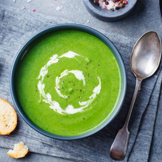 Βελουτέ σούπα μπρόκολο με γραβιέρα | tlife.gr