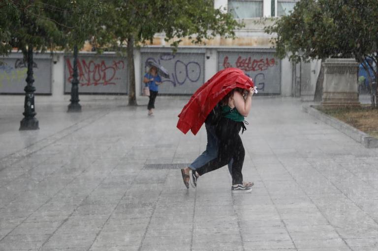 Καιρός: Αλλαγή σκηνικού με βροχές, καταιγίδες και πτώση της θερμοκρασίας | tlife.gr
