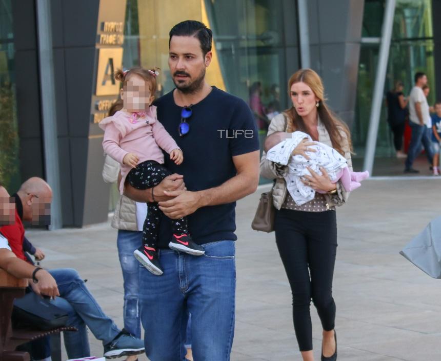 Πέτρος Κουσουλός – Όλγα Ζαφειροπούλου: Οικογενειακή βόλτα στα βόρεια προάστια με τις κόρες τους! [pics]