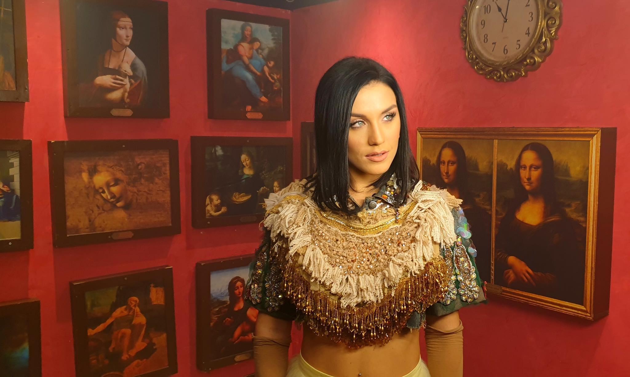 Πληγωμένη μένει η καρδιά: Νέο τραγούδι και εντυπωσιακό video clip από την Ιουλία Καλλιμάνη!