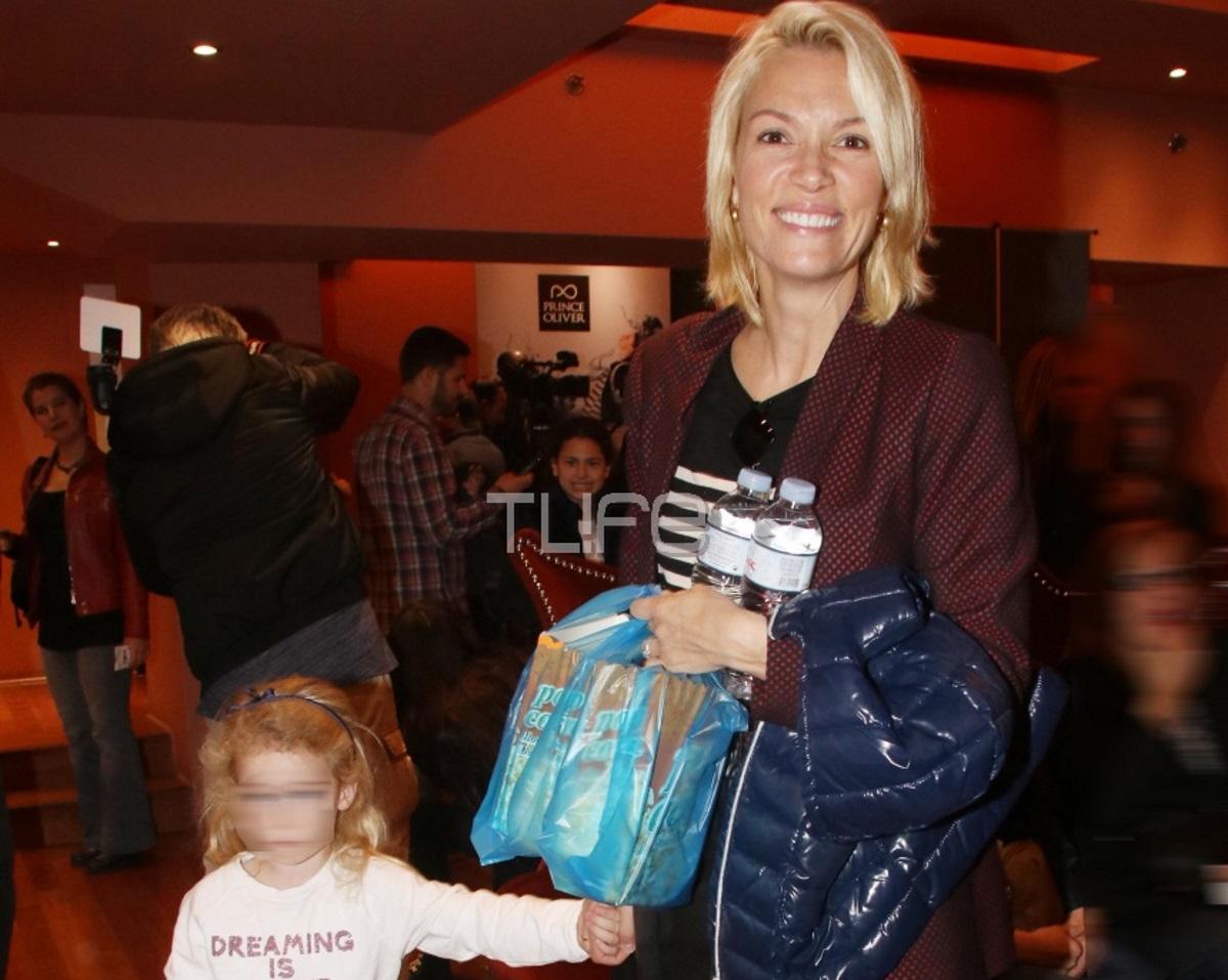 Βίκυ Καγιά: Στο θέατρο με την κόρη της Μπιάνκα χωρίς ίχνος μακιγιάζ! Φωτογραφίες
