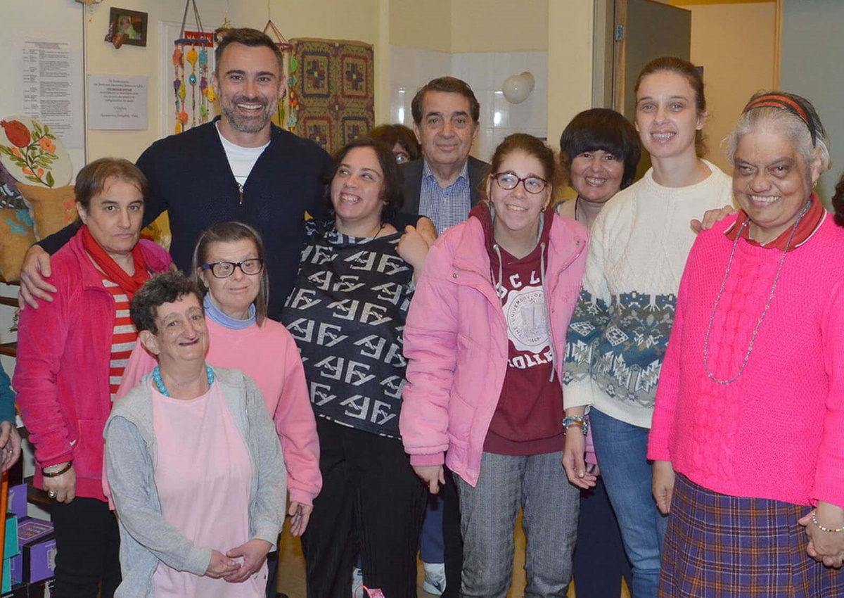 Γιώργος Καπουτζίδης: Επισκέφθηκε τον Σύνδεσμο Προστασίας Παιδιών και ΑμεΑ! [pics] | tlife.gr