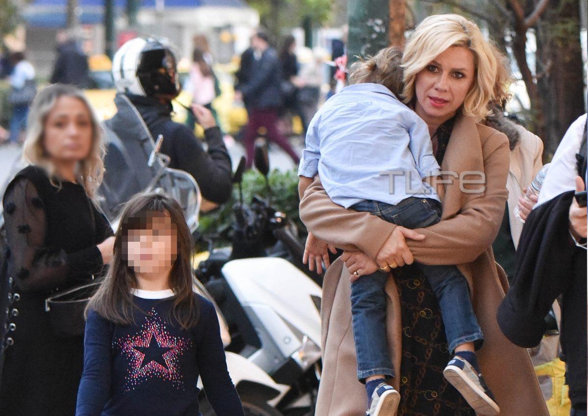 Κατερίνα Καραβάτου: Βόλτες στο Σύνταγμα με τα παιδιά! [pics] | tlife.gr