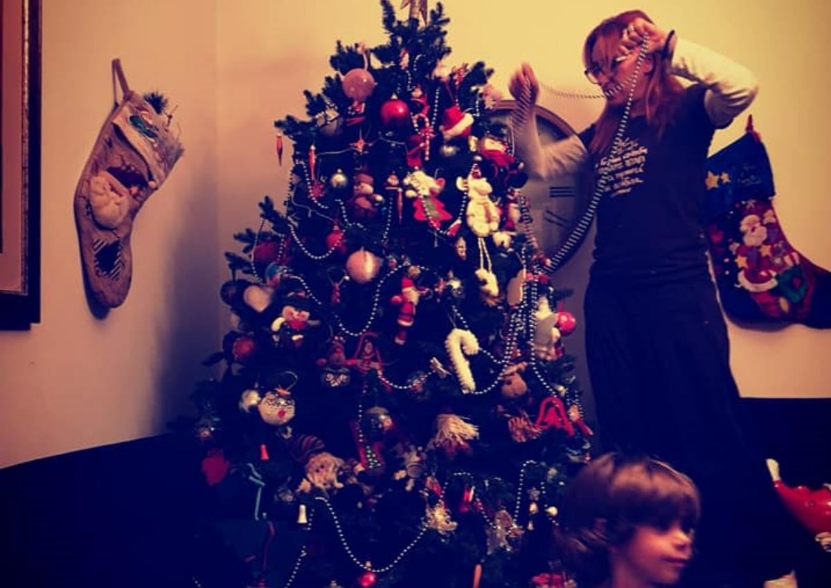 Φωτεινή Ψυχίδου: Στόλισε το χριστουγεννιάτικο δέντρο με όλη την οικογένεια! [pics]