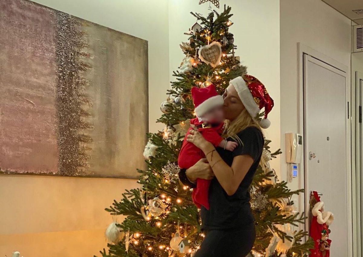 Κωνσταντίνα Σπυροπούλου: Στόλισε για τις γιορτές με το πιο γλυκό πλάσμα στο πλευρό της! | tlife.gr