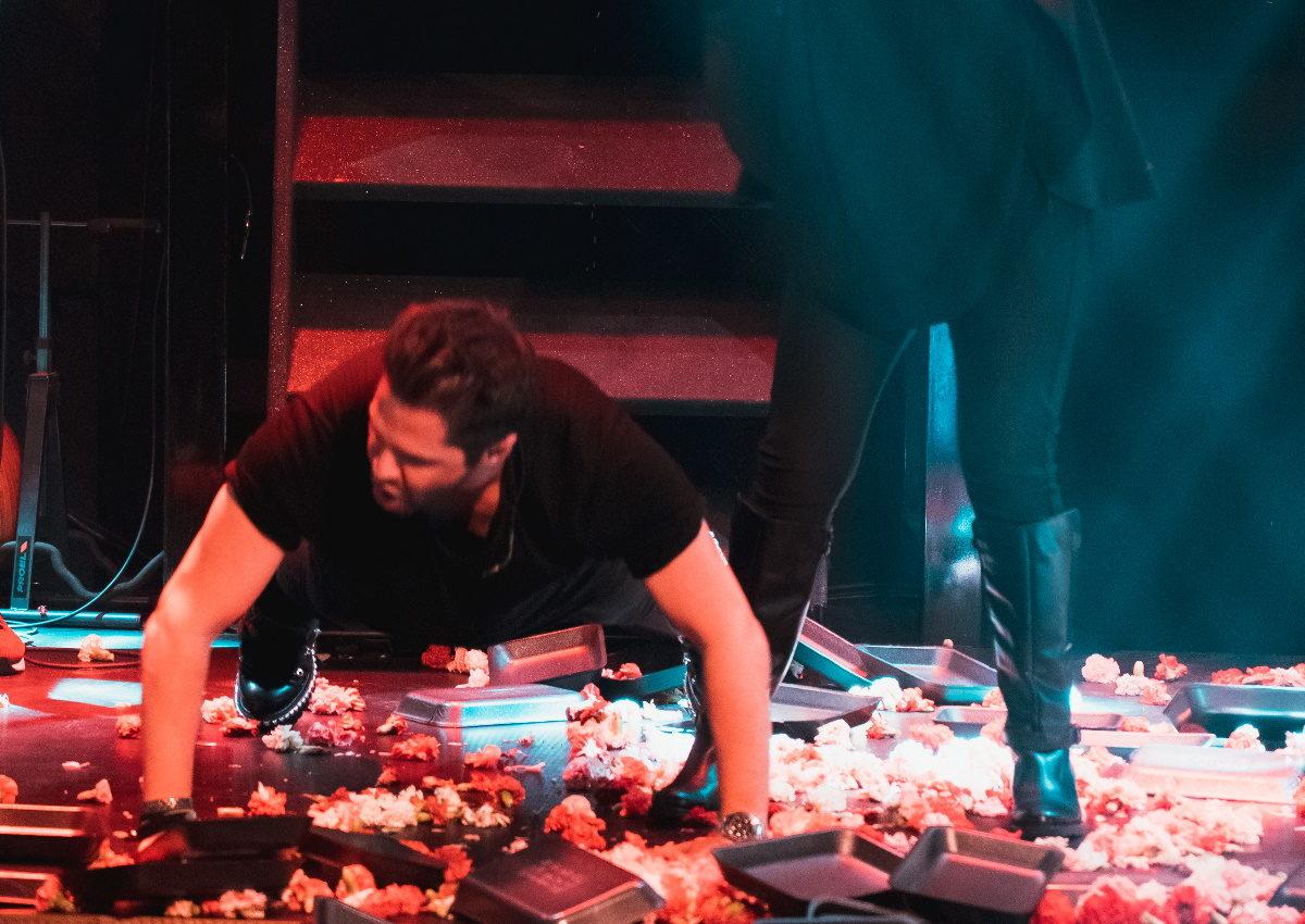 Γιώργος Τσαλίκης: Άφησε το μικρόφωνο και έκανε… push ups on stage για χατίρι γνωστής τραγουδίστριας! [video] | tlife.gr