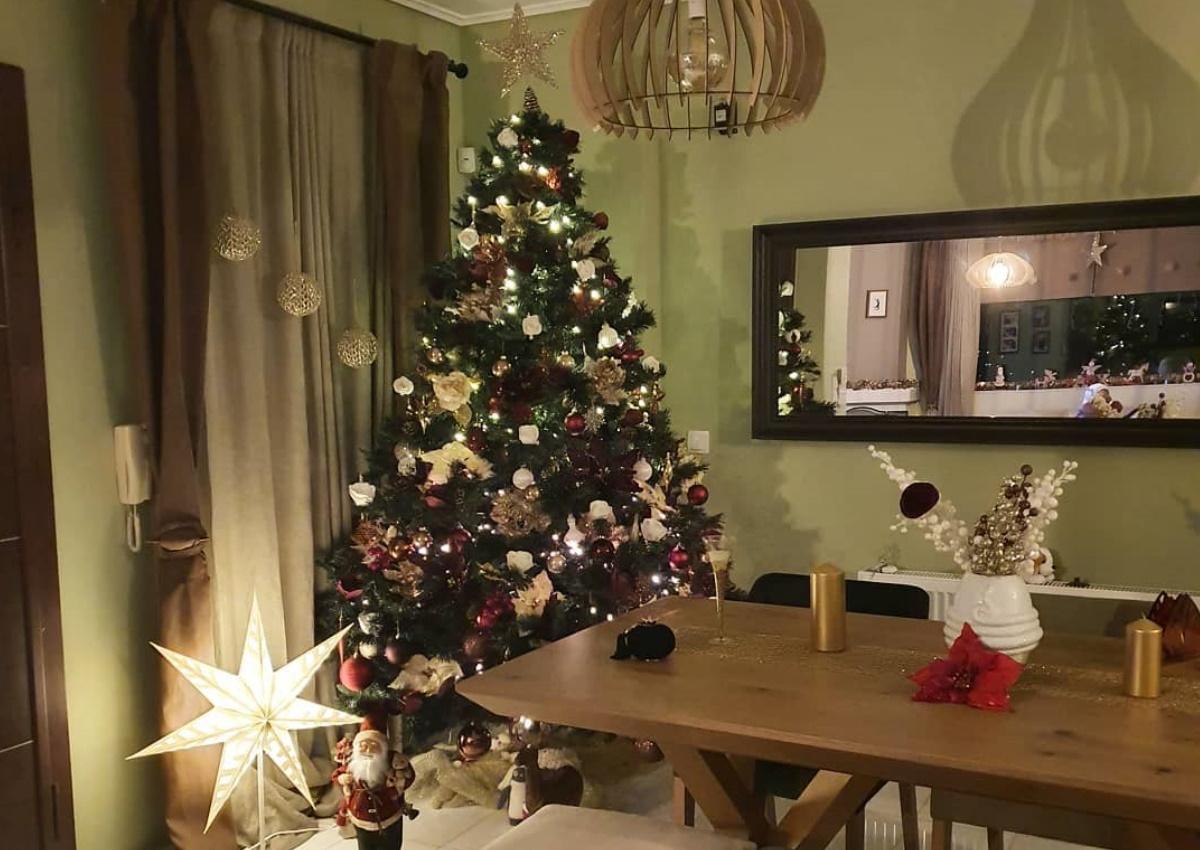 Η γνωστή Ελληνίδα μπήκε σε Christmas mood και μας δείχνει το γιορτινά στολισμένο σαλόνι της!