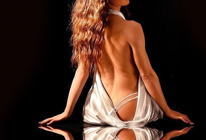 Ποια Ελληνίδα τραγουδίστρια προωθεί το νέο της τραγούδι με αυτή την αισθησιακή φωτογραφία;