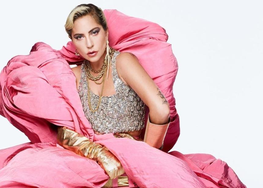 Η Lady Gaga με αυτή την φωτογράφιση μας φέρνει αέρα Χριστουγέννων!   tlife.gr