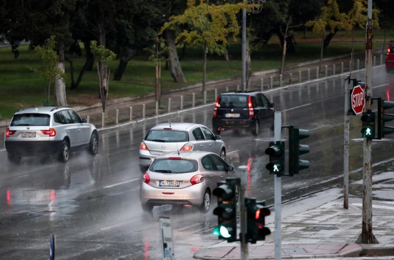 Καιρός αύριο: Δεν υποχωρούν οι βροχές και οι καταιγίδες – Πτώση της θερμοκρασίας