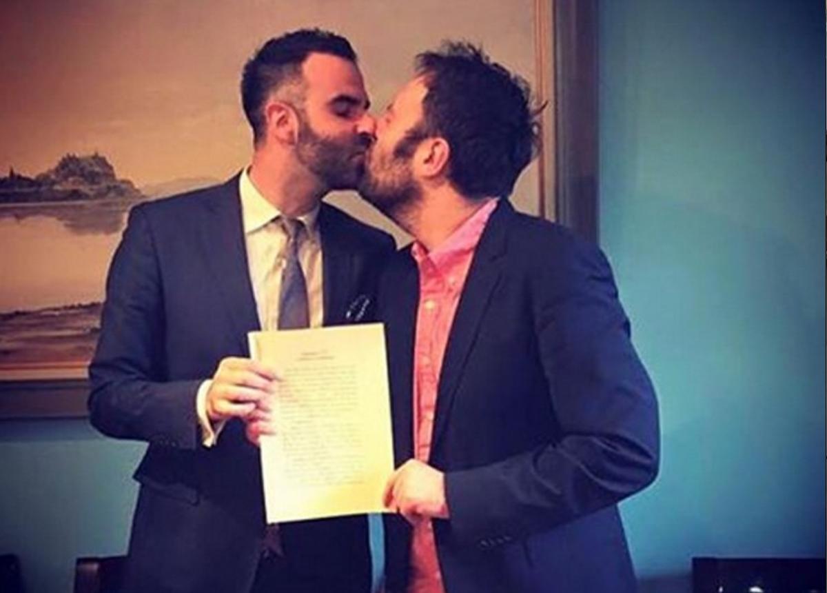 Αύγουστος Κορτώ: Γιορτάζει πέντε χρόνια γάμου με τον σύζυγό του Τάσο!