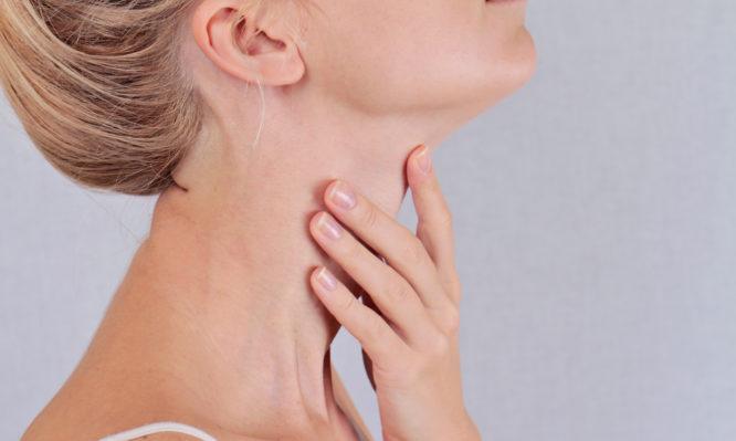 Πρήξιμο στον λαιμό: Ποιες είναι οι πιθανές αιτίες και τι πρέπει να κάνεις! | tlife.gr